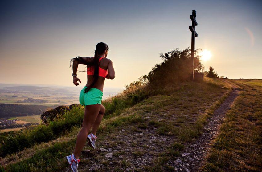 Frau läuft Transalpine Run